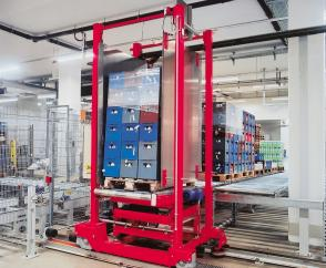 Drive system with DRS wheel blocks: distribution carriage for pallets in a store used in the beverages industry