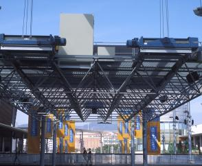 The hoists feature 4/1 reeving to position the roof segment precisely