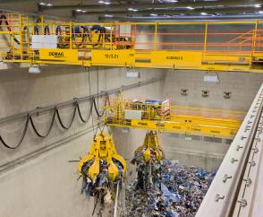 Two process cranes operating on one level in a refuse incineration plant