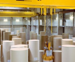Precise positioning of paper rolls in stacks up to 17 m high thanks to frequency-fed drives in 3 axes