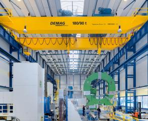 Maximum precision thanks to Dedrive Pro frequency 880 inverters: large components being turned by cranes