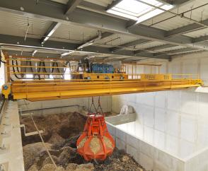 An 11-tonne process crane is used to store woodchips and continuously feeds them to the incineration furnace