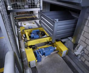 Storage system with transverse conveyor: drive solution with central drive unit and DRS wheel blocks