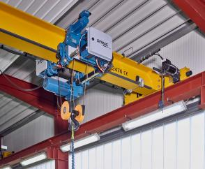 The smart Demag SafeControl system monitors the crane data and supports the crane operator.